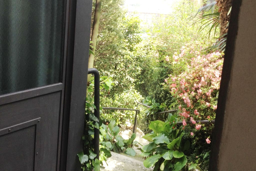 L'entrata, dal giardino della Villa