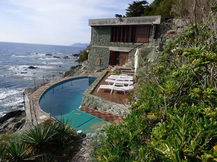 Villa con piscina sulla scogliera