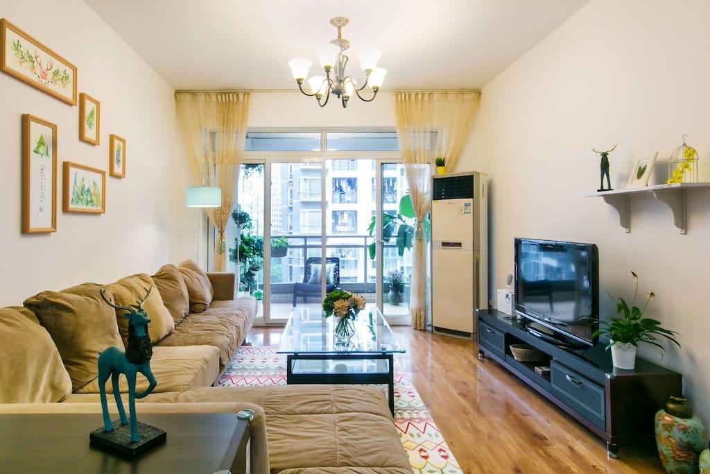 窗明几净,舒适的超大软沙发