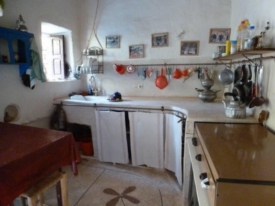 Cuisine( une arrière -cuisine avec frigo, vaisselle, droguerie, pharmacie, etc...)