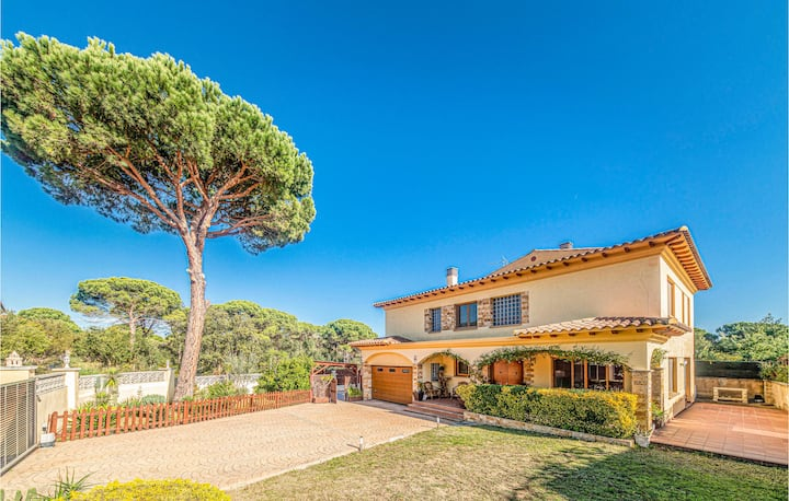 Holiday cottage with 4 bedrooms on 180m² in Vidreres