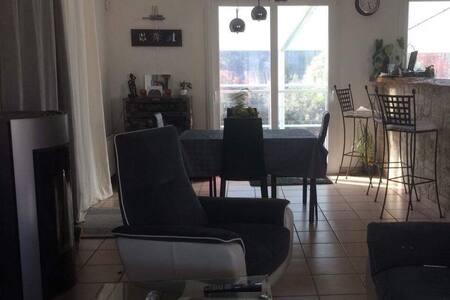 Chambre privée dans maison agréable avec piscine - Forcalquier - Родственное