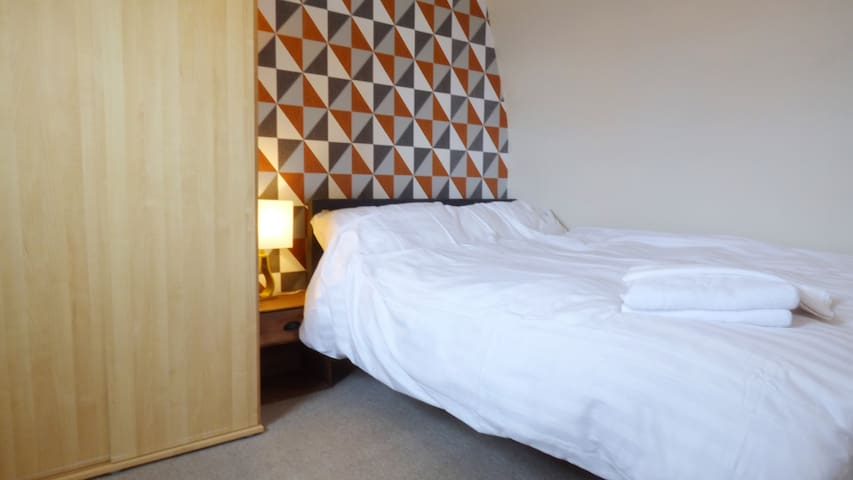 Split Level Two Bed Apartment on Cobbled Market Street (Luxury Egyptian cotton bedding and pocket sp