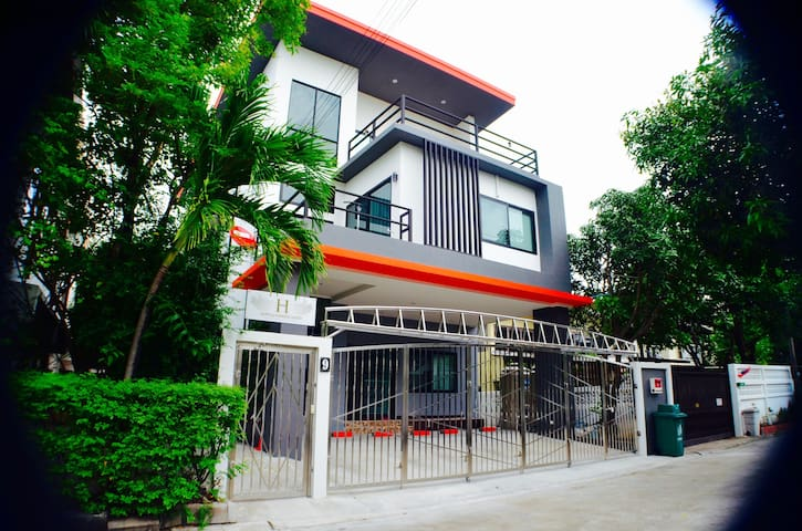 4 BR Modern HOME / BTS / WiFi / Local Environment - Bangkok - House
