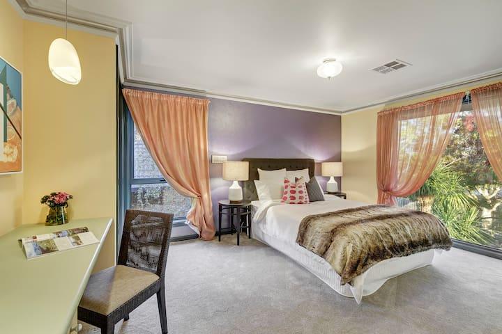 Family - 2 Bedrooms within Spacious Glen Iris Home