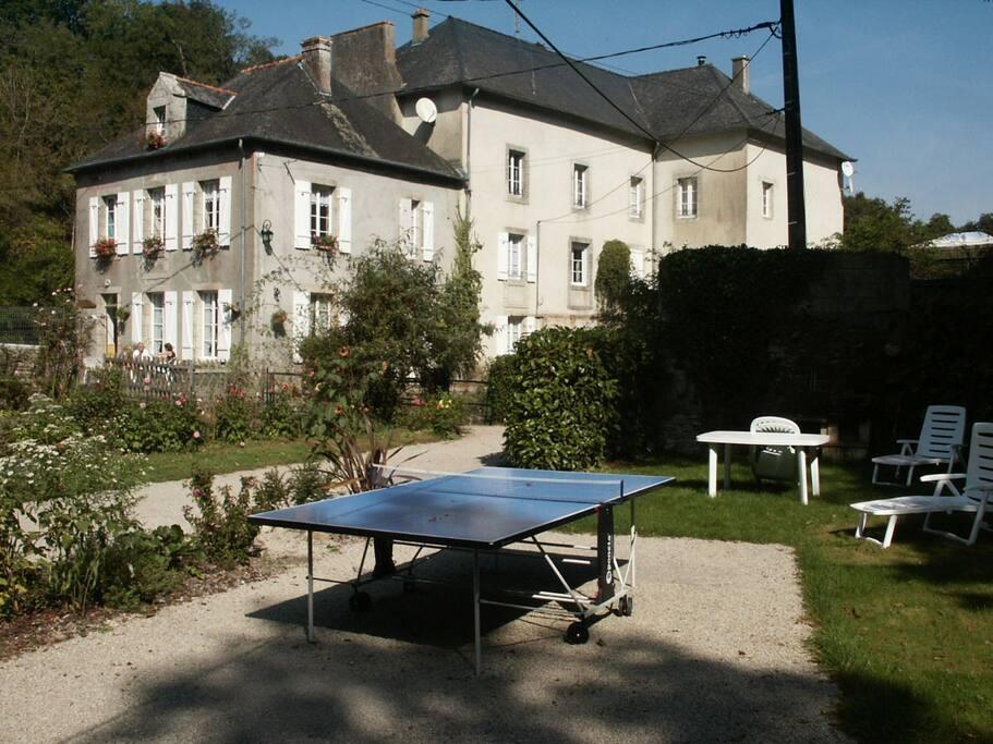 Salon de jardin, bains de soleil, jeux extérieurs, barbecue....