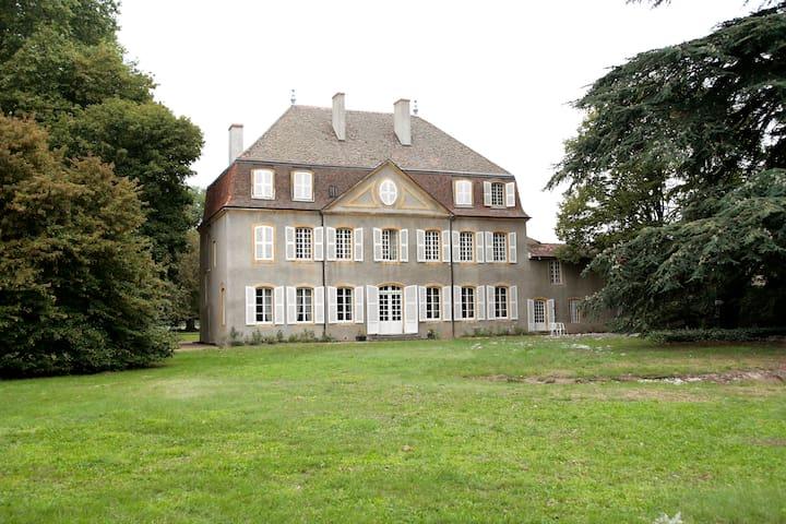 Château de la Bernarde , 18° siècle - Renaison - Linna