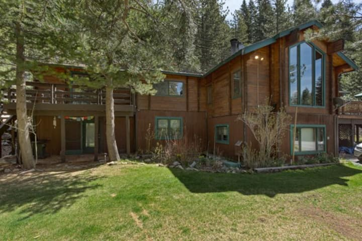 Private, Riverfront Squaw Valley Home (hot tub)