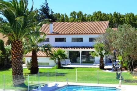 Villa contemporaine avec piscine - Latour-de-France