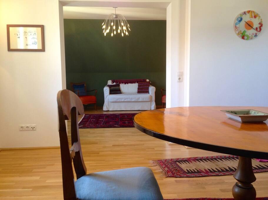 Wohnküche und Wohnzimmer mit Schlafsofa.