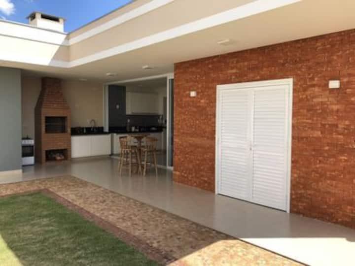 Casa nova, piscina aquec., quartos c/ Ar cond.!