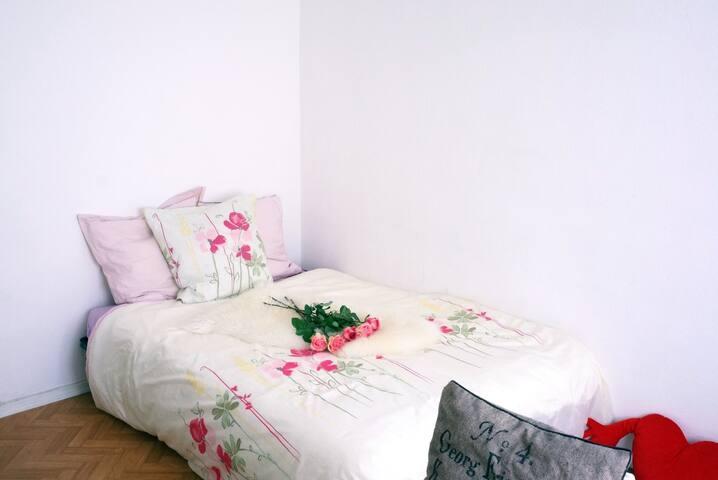 Un grand lit pour deux ( 140 X 190 cm ) / One big bed for two ( 140 X 190 cm )