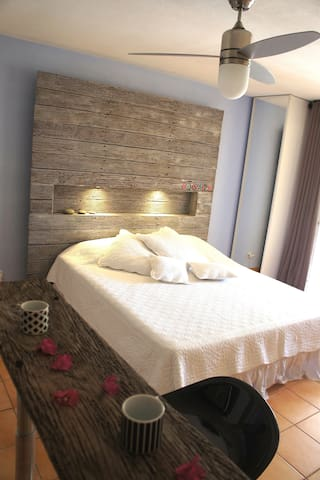 Un tête de lit en teck un lit queen size accueillera vos nuits, vous pourrez jouer avec les lumières d'ambiances...