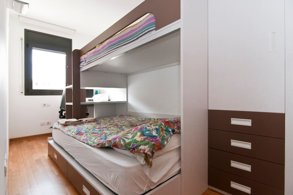 Triple bedroom: a double queen bed, and a single one