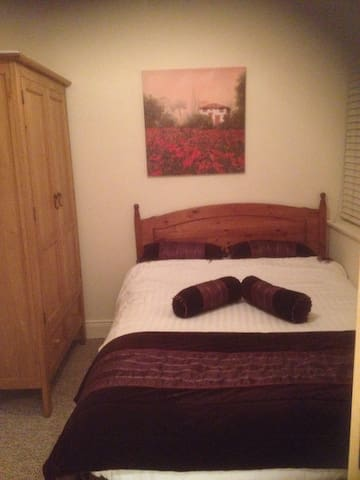 Small Room Ensuite Bathroom. Double bed parking - Killarney - Townhouse