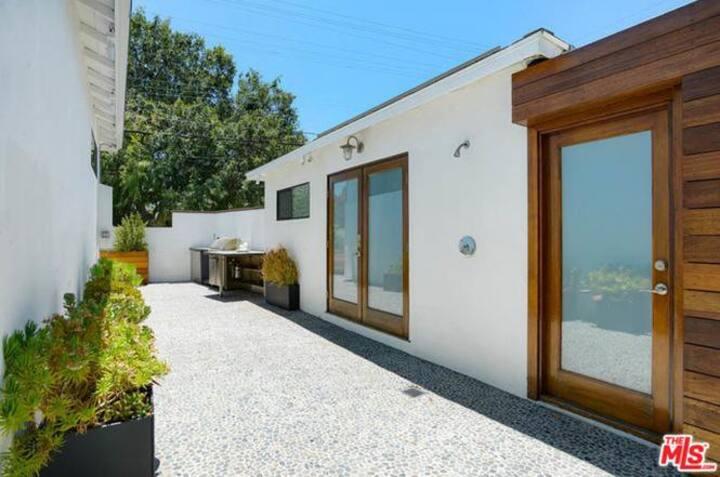 Santa Monica studio with private access
