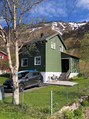 Lite hus i Steinfjord, flotte omgivelser!
