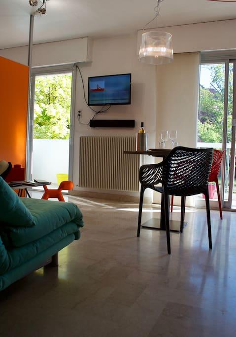 Le séjour, pour prendre vos repas. Une TV, internet par WIFI, une barre de son bluetooth.