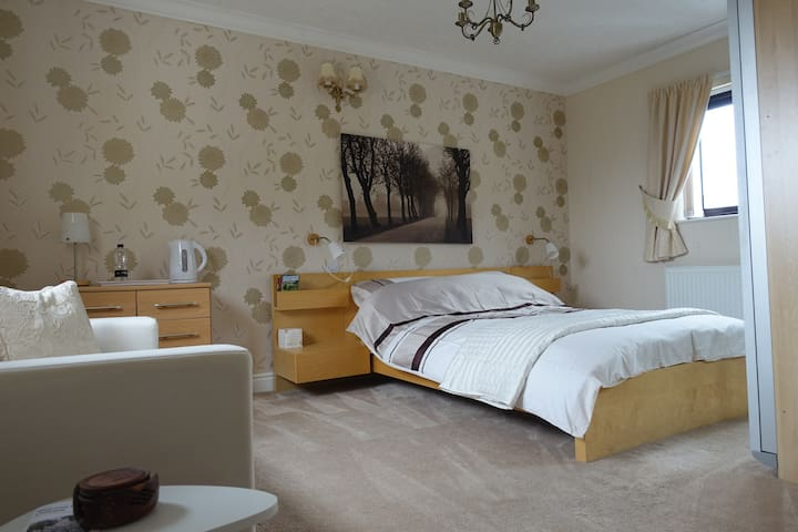 Spacious guest room with en-suite in Ulverston