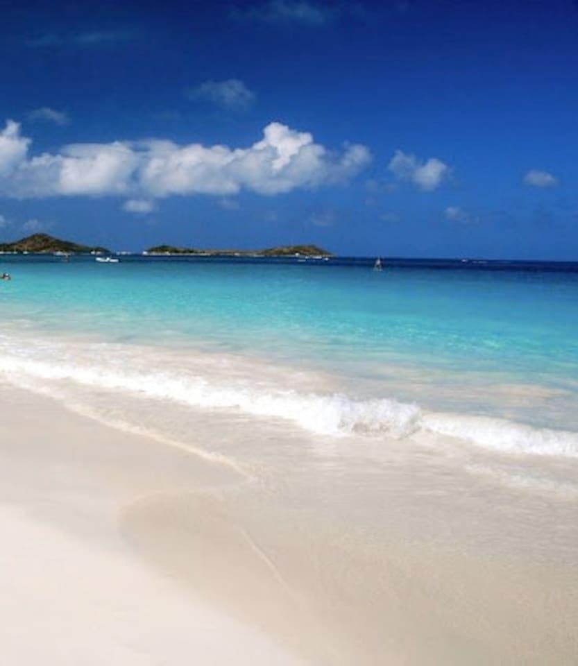 Le studio Enjoy Paradise est situé à 2minutes à pieds de la plage d'orient bay eau turquoise et sable blanc à perte de vue