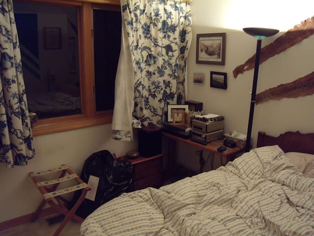 Room in suburban house - Avon - House