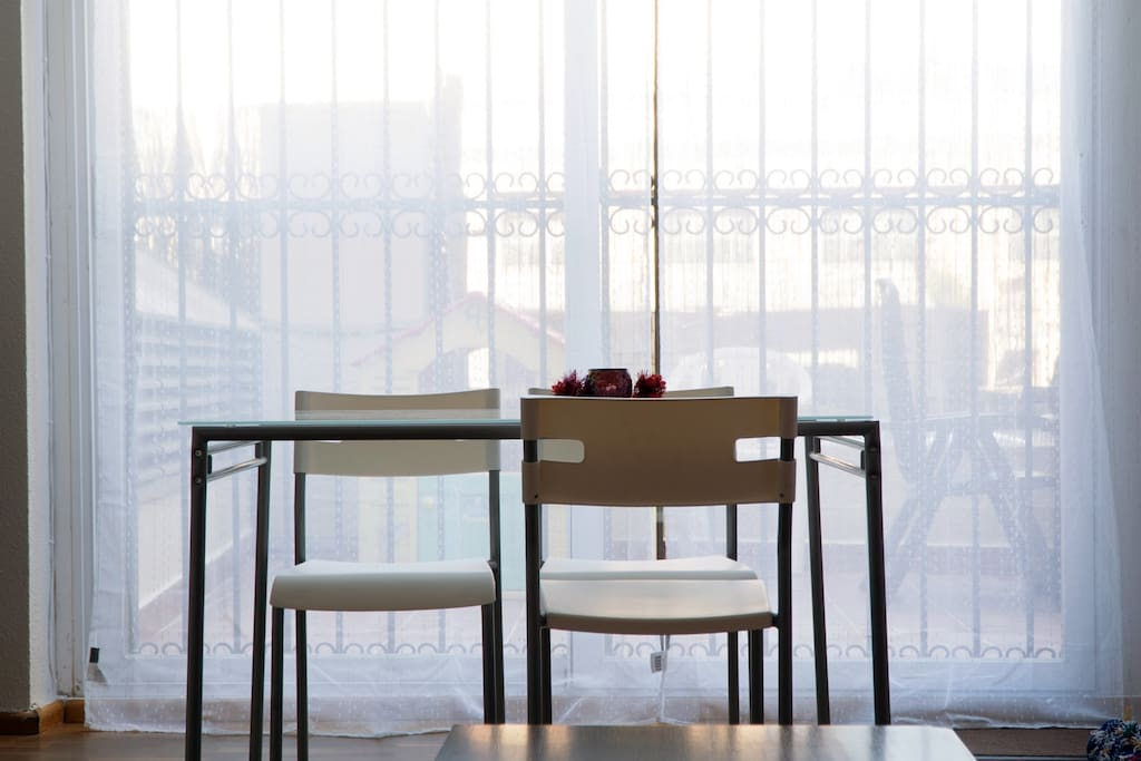 Mesa comedor con terraza al fondo