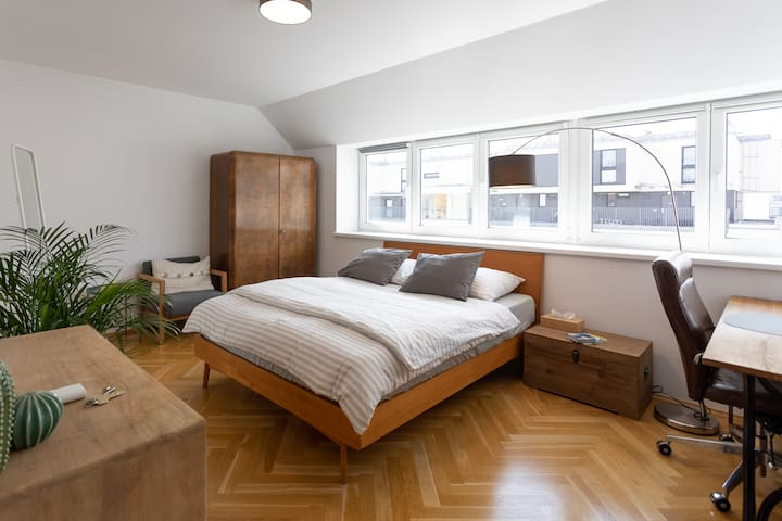 Sunny Ensuite Room in Modern Apartment