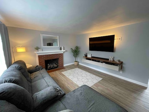 Cheerful Home with Fireplace and Fast WiFi
