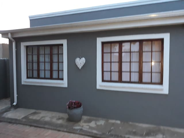 Tranquil stylish 1bed apartment 11km to OR Tambo.