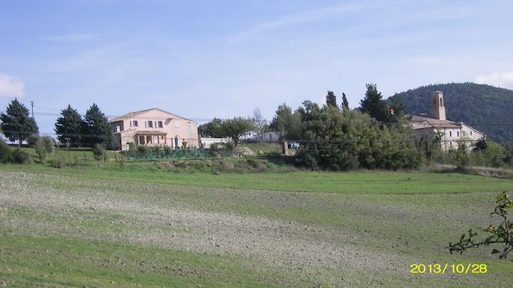 Wiejski dom z ogrodem i parkingiem.