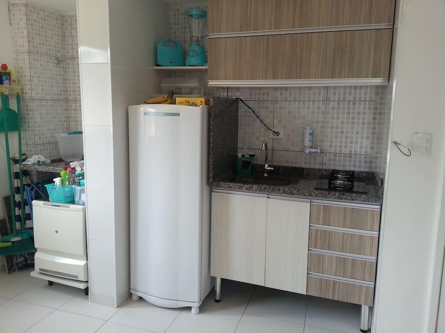 Cozinha equipada com geladeira fogão, pia elava louças. Possui liquidificador, sanduicheira.