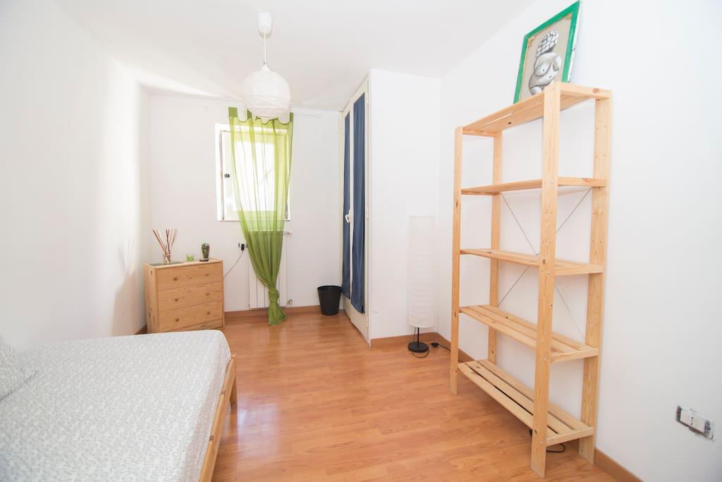Completamente arredata con mobilio Ikea, dispone di letto singolo, una cassettiera, uno scaffale, lampada da terra, uno specchio, lampadario, prese e cestino