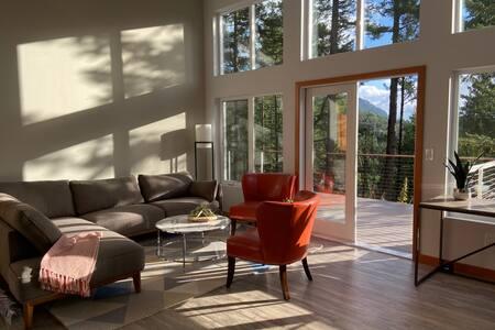 *REMOTE WORK* Modern House, walk to Cascade Lake!