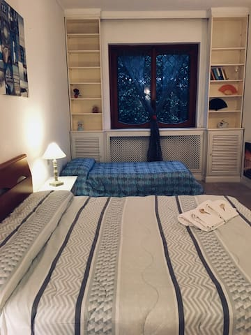 La suite e' una camera di quasi 40mq che puo' ospitare fino a 3 persone. Riproduce l'interno di una barca.