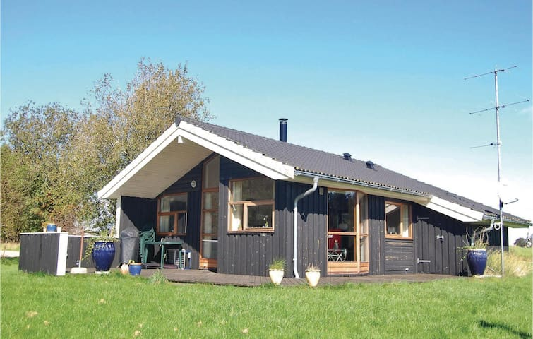 Holiday cottage with 3 bedrooms on 86m² in Askeby