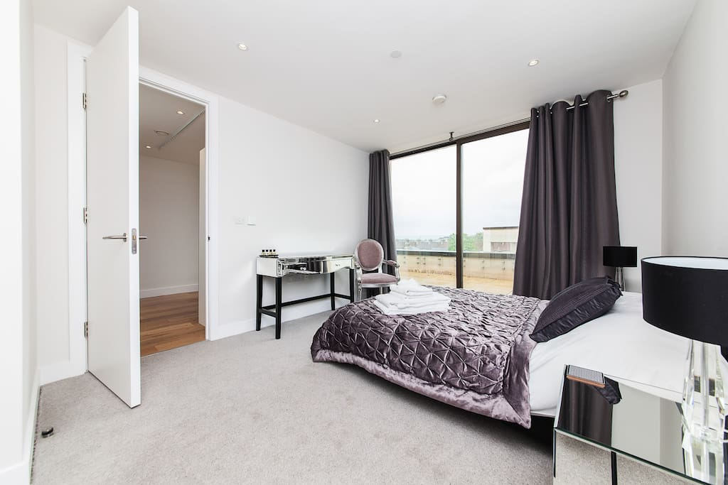 Sumptuously furnished bedroom with en-suite, fitted wardrobe, bedside tables & lamps.