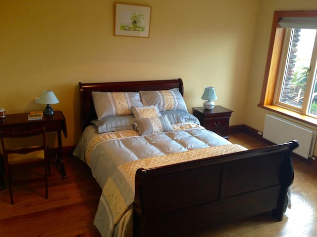 Double Room Overlooking Dingle town! No Breakfast. - Dingle - Bed & Breakfast