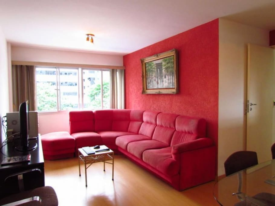 Sala de estar com sofá e TV