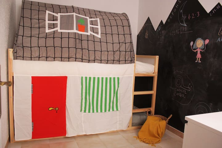 Divertida zona de juegos para niños. Con casa-litera, pizarra, etc..