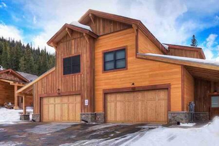 Keystone Luxury!! Ski Shuttle, 4BR/4.5BA, Hot Tub!