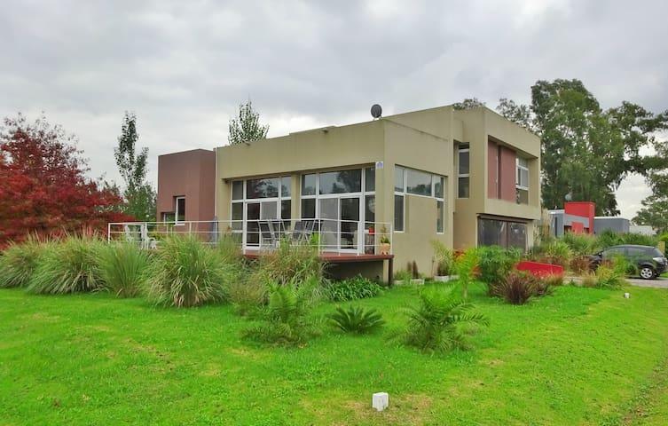 Casa en barrio privado La Candida - Autonomous City of Buenos Aires - House