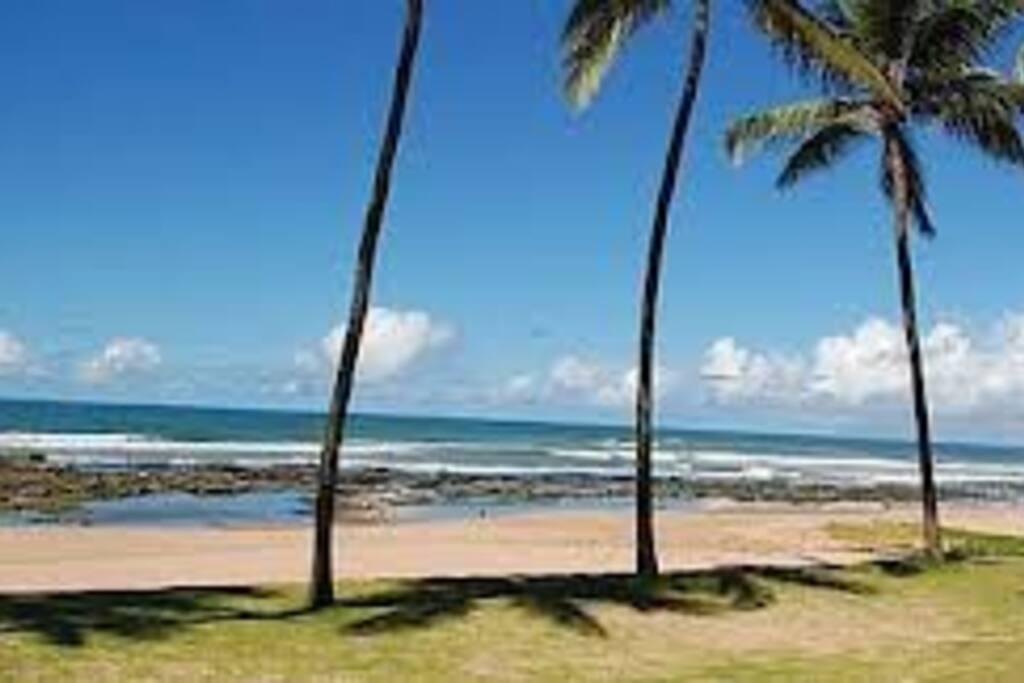 Praia de Ipitanga com piscinas naturais