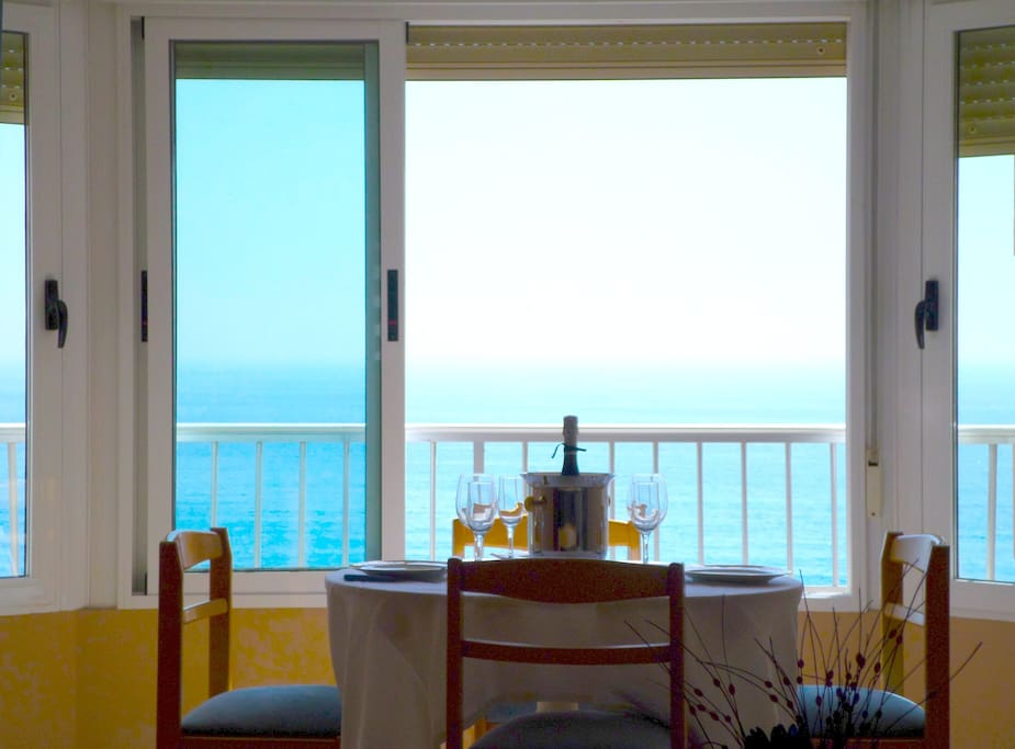 Enjoy your meal with the fantastic view to the Campello beach
