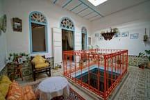 Puits de lumière à l'étage, autour duquel sont situées les deux chambres privées à louer. Deux coins sont aménagés pour le confort et le bien être des voyageurs