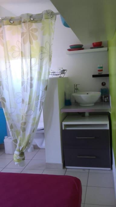 petit coin pour la cuisine dans la studette derrière le rideau les toilettes bien cachées