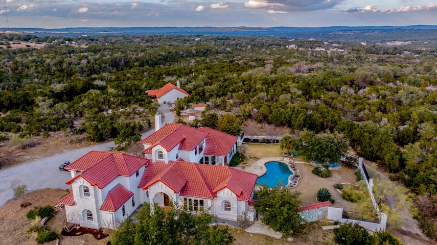 HILL COUNTRY ESTATE l 2POOLS l 20ACRES l SLEEP 50