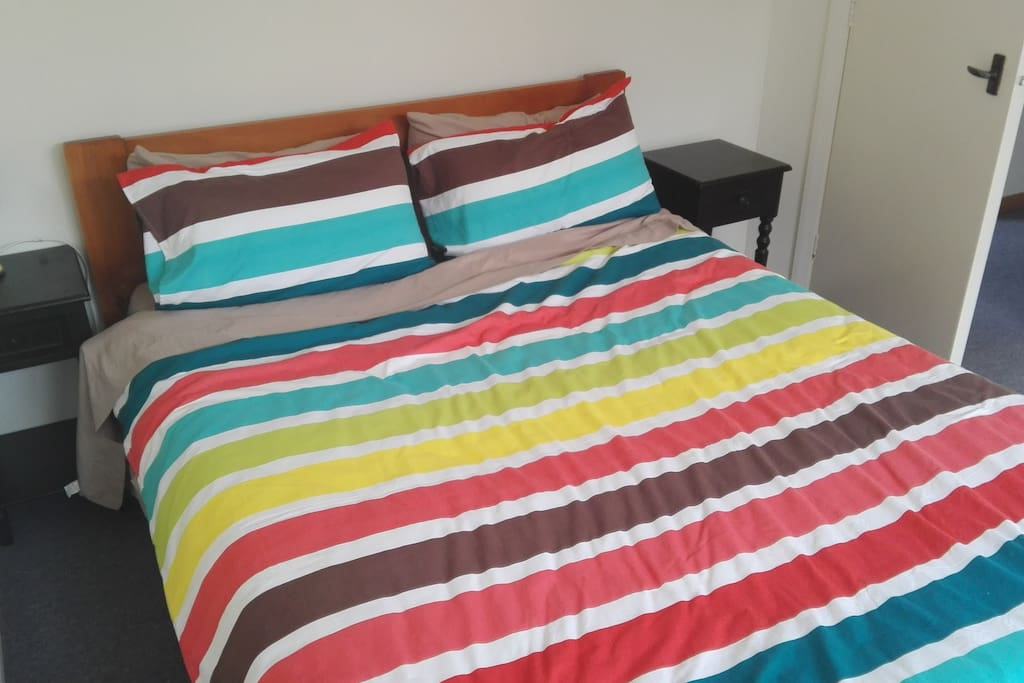Comfortable queen size bed, feather and wool duvets