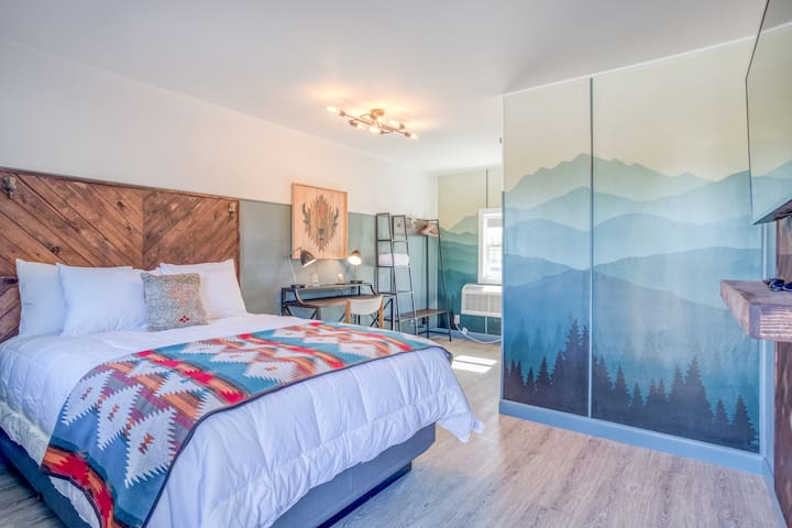 The Roost-Room 11 - Updated, Immaculate Motel Near 1st Street Rapids Featuring Queen Bed with Stylish Detail!