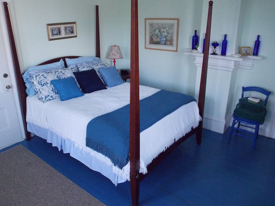 Also has a twin sized daybed, and twin sized trundle bed, and a table with 2 chairs.