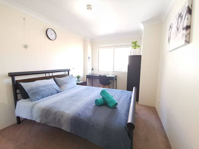 *LARGE PRIVATE BEDROOM*CLOSE TO SYDNEY CBD*